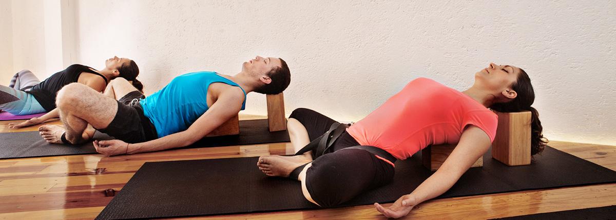 q es yoga restaurativo