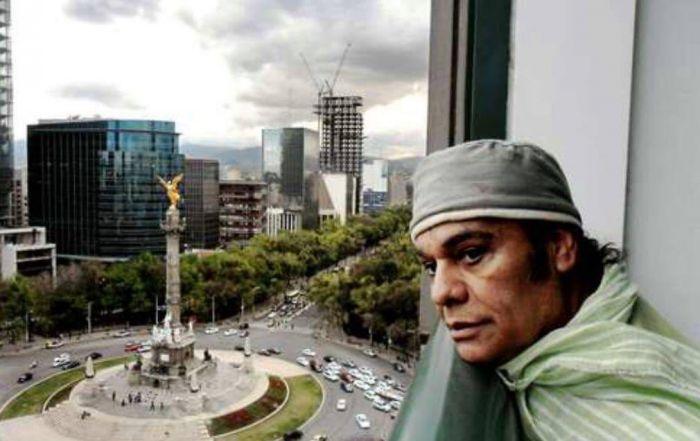 Juan Gabriel mirando desde el hotel Maria Isabe Sheraton a la ciudad de Mexico.