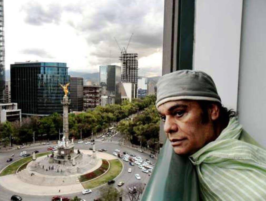 Juan Gabriel mirando desde el hotel Maria Isabel Sheraton a la ciudad de Mexico.