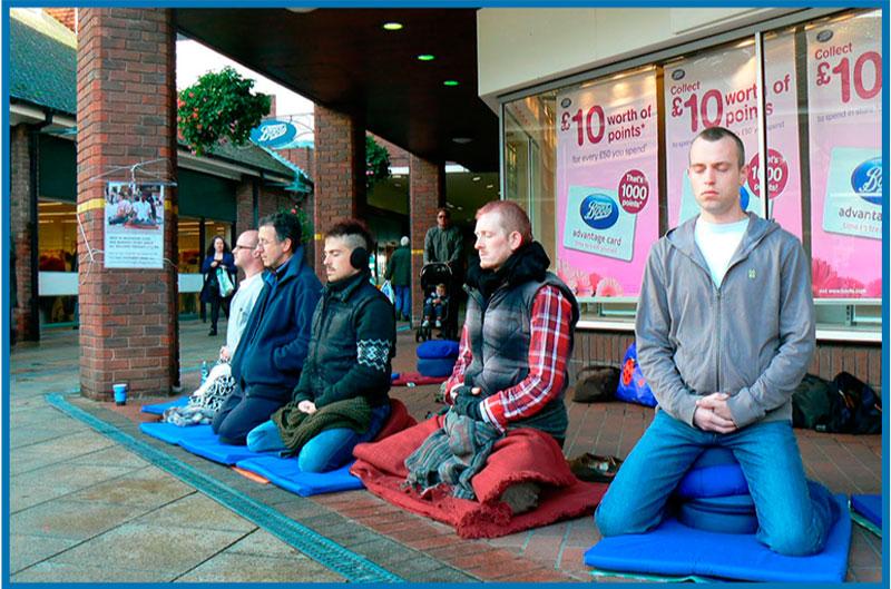 En la Comunidad Budista Triratna no seguimos la tradición de dividir a los practicantes en monjes o láicos, si no crear una vida basada en los principios del Buda-Dharma. En la foto se captan miembros de la Comunidad Budista Triratna llevando a cabo una sesón de meditación en la calle.